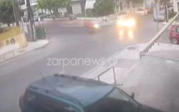 Σοκαριστικό βίντεο με ΙΧ να χτυπάει μηχανάκι και να εγκαταλείπει τους αναβάτες