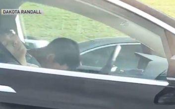 Ο οδηγός κοιμόταν στο τιμόνι και το Tesla πήγαινε με 100 χλμ.