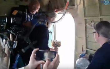 Ιερέας πετούσε αγίασμα από αεροπλάνο για να αντιμετωπίσει το αλκοόλ και το περιστασιακό σεξ