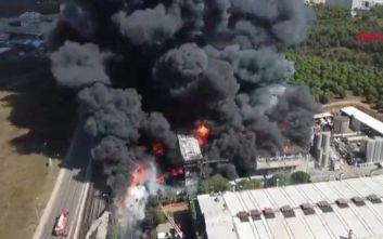 Κωνσταντινούπολη: Δύο πυροσβέστες τραυματίστηκαν από πυρκαγιά σε χημικό εργοστάσιο