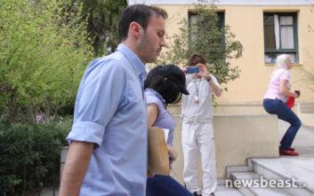 Στο αυτόφωρο η 19χρονη μητέρα που εγκατέλειψε το μωρό της σε είσοδο πολυκατοικίας