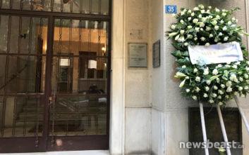Στεφάνια στην είσοδο της πολυκατοικίας όπου δολοφονήθηκε ο Παύλος Μπακογιάννης