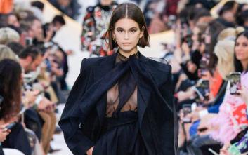Το τολμηρό διάφανο τοπ αποκάλυψε το γυμνό στήθος της