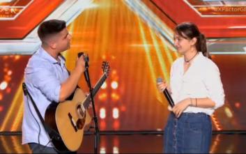 X-Factor: Ο 16χρονος τραγούδησε για χάρη της κοπέλας του και κέρδισε την επιτροπή