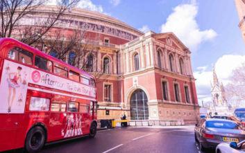 Café στο Λονδίνο σερβίρει απογευματινό τσάι και κάνει το γύρο της πόλης
