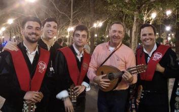 Ο Κέβιν Σπέισι παίζει κιθάρα και τραγουδάει σε δρόμο της Σεβίλης