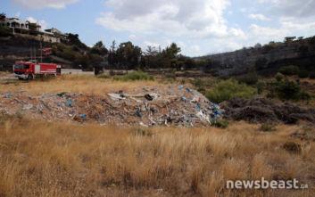 Πολλά σκουπίδια και σωροί από μπάζα κοντά στην περιοχή που ξέσπασε η φωτιά στη Σαρωνίδα