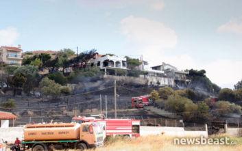 Σε ύφεση η φωτιά στη Σαρωνίδα, οι φλόγες προκάλεσαν μικρές ζημιές σε σπίτια