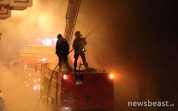 Οι καπνοί από τη φωτιά στο κέντρο της Αθήνας έχουν κάνει αποπνικτική την ατμόσφαιρα