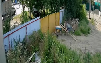 Viral η προσπάθεια δύο παιδιών να κλέψουν ένα καροτσάκι οικοδομής