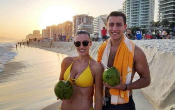Η Άννα Κορακάκη με κίτρινο μπικίνι σε παραλία του Ρίο ντε Τζανέιρο