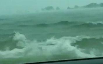 Οδηγός βρέθηκε σε «χείμαρρο νερού» και κατέγραψε τις τρομακτικές εικόνες