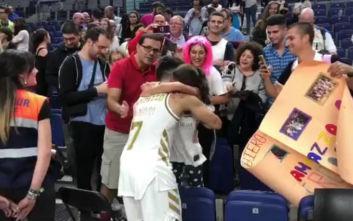 Η μεγάλη συγκίνηση ενός κοριτσιού όταν την αγκάλιασε ένας ήρωάς της