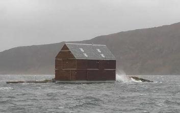 Το παράξενο σπίτι που αψηφά αυθάδικα τη μανία της φύσης
