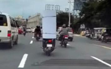 Ένας ανορθόδοξος τρόπος να μεταφέρεις ένα φορτίο