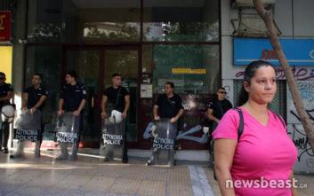 ΠΑΜΕ και αστυνομία έξω από συμβολαιογραφείο, ακίνητο βγαίνει σε πλειστηριασμό