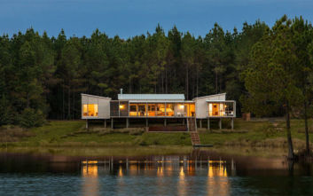 Το σπίτι στη λίμνη που φωνάζει «γαλήνη»