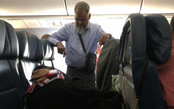 Έμεινε 6 ώρες όρθιος στο αεροπλάνο για να κοιμηθεί η γυναίκα του στο κάθισμα