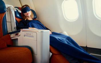 Πώς να κοιμηθείτε ευκολότερα στο αεροπλάνο