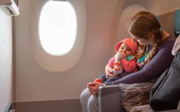 Αεροπορική εταιρεία προειδοποιεί τους επιβάτες πού κάθονται μωρά
