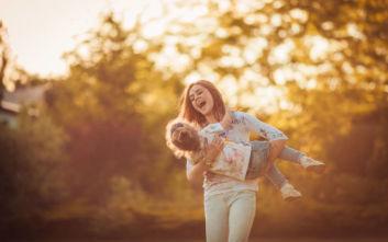 ΟΠΕΚΑ: Ποιες μητέρες δικαιούνται το επίδομα, τι ποσά θα πάρουν