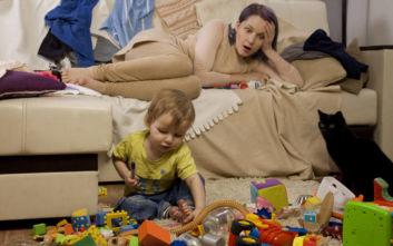 Ο άντρας που δουλεύει ή η γυναίκα που μεγαλώνει τα παιδιά κουράζονται πιο πολύ;