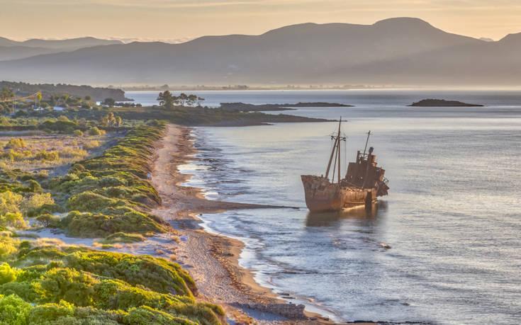 Η παραλία στο Γύθειο με το εντυπωσιακό ναυάγιο – Newsbeast