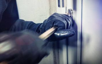 «Ξάφρισε» το διαμέρισμα 34χρονης και την έσπρωξε για να διαφύγει