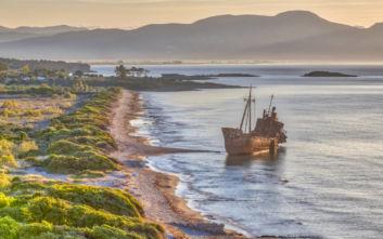 Η παραλία στο Γύθειο με το εντυπωσιακό ναυάγιο