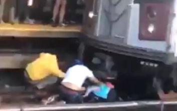 Έπιασε την 5χρονη κόρη του από το χέρι και έπεσε στις ράγες του τρένου