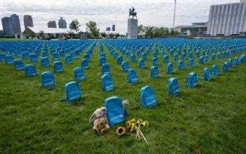 OHE: Σχολικές τσάντες στήθηκαν σε σειρές σαν επιτύμβιες πλάκες σε νεκροταφείο