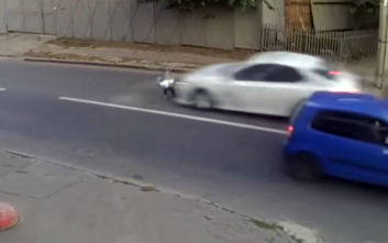 Αυτοκίνητο χτυπά με δύναμη πιτσιρικά κι αυτός σηκώνεται σαν να μη συνέβη τίποτα