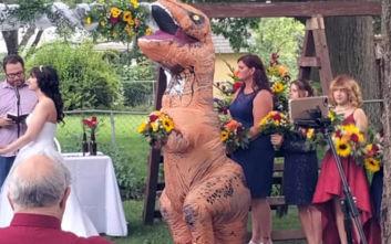 Παράνυμφος σε γάμο εμφανίστηκε ντυμένη... δεινόσαυρος