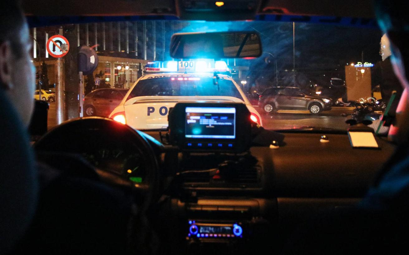 Μπήκαμε σε περιπολικό και καταγράψαμε όσα συμβαίνουν τη νύχτα στους δρόμους της Αθήνας