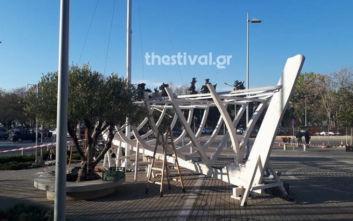 Ξηλώνουν το καράβι από το δημαρχείο στη Θεσσαλονίκη