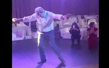 Ο Παύλος Πολάκης με τσιγάρο στο χέρι χορεύει ζεϊμπέκικο σε συγκέντρωση του ΣΥΡΙΖΑ