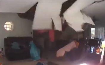 Τρόμος για δύο κοπέλες: Δέντρο καταπλάκωσε το σπίτι τους και το σαλόνι «έπεσε» στο κεφάλι τους