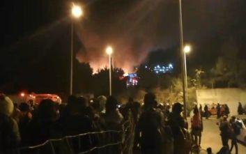 Νύχτα ταραχών στη Σάμο: Άγρια επεισόδια, τραυματίες και φωτιές σε καταυλισμό προσφύγων