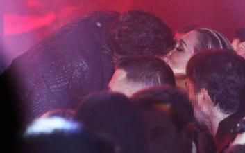 Το παθιασμένο φιλί του Σάκη Ρουβά στην Κάτια Ζυγούλη