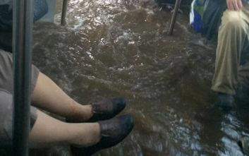 Πανικός σε λεωφορείο: Πλημμύρισε και σκαρφάλωναν σε στύλους για να μη βραχούν