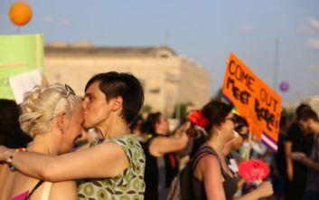 Πόσο άνετα νιώθουν οι Έλληνες στην εικόνα δύο ομοφυλόφιλων να φιλιούνται στον δρόμο
