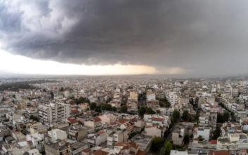 Μαύρισε ο ουρανός στην Αττική, βρέχει σε πολλές περιοχές