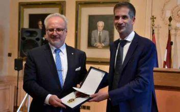 Ο Κώστας Μπακογιάννης τίμησε με το μετάλλιο του δήμου Αθηναίων τον Πρόεδρο της Λετονίας
