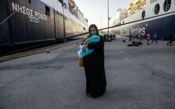 Φωτογραφίες από την άφιξη των μεταναστών από τη Μόρια στον Πειραιά
