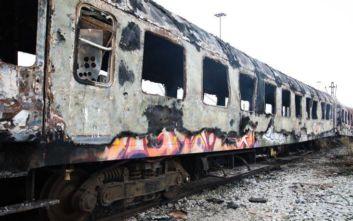 Καθυστερήσεις στα δρομολόγια τρένων μετά τη φωτιά σε εγκαταλελειμμένα βαγόνια