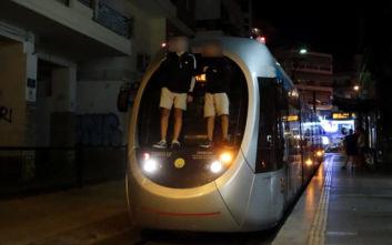 Το επικίνδυνο παιχνίδι των πιτσιρικάδων στο τραμ