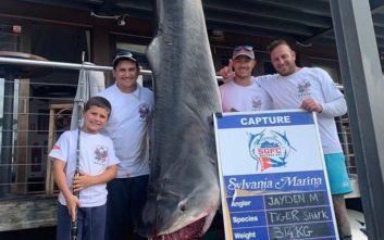 Οκτάχρονος πήγε για ψάρεμα με τον πατέρα του και γύρισε με καρχαρία-τίγρη 314 κιλών