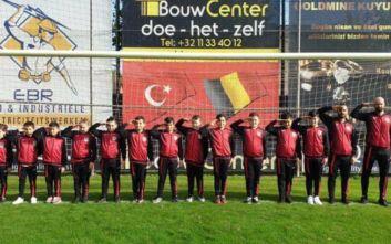 Δεκάχρονοι Τούρκοι ποδοσφαιριστές χαιρετούν στρατιωτικά