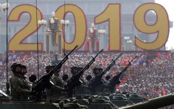 Επίδειξη δύναμης στο Πεκίνο, προετοιμασίες συγκρούσεων στο Χονγκ Κονγκ