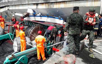 Γέφυρα κατέρρευσε κι έπεσε πάνω σε βάρκες σε λιμάνι της Ταϊβάν